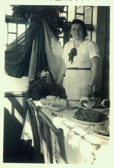 Fotografija. Mokytoja Malvina Valeikienė savo namuose Giedraičiuose. 1936