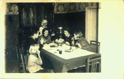 B. Ragauskas. Fotografija. Arbatos gėrimas Giedraičių vaistinėje. 1932