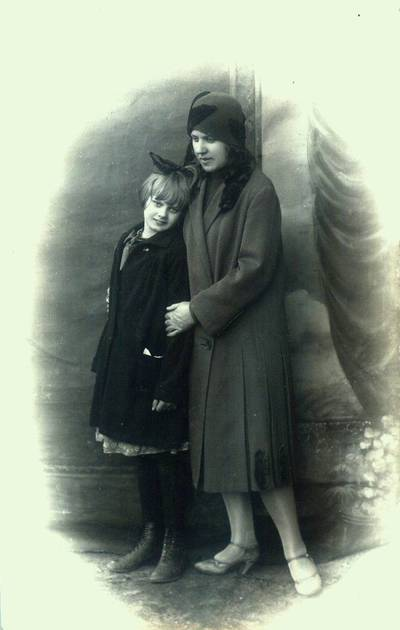 Fotografija. Malvina Valeikienė (dešinėje) su dukra Danute. 1929