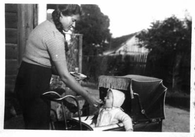 Fotografija. Milda Valeikaitė su sūnum Robertu. 1942