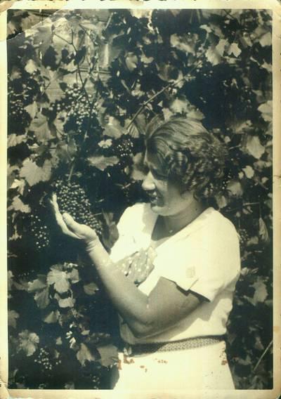 Fotografija. Malvina Šokelytė Valeikienė savo sode Giedraičiuose