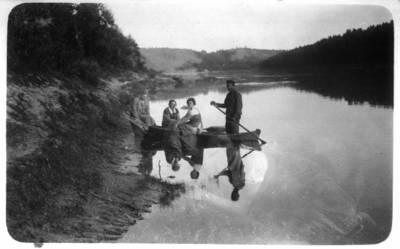 Fotografija. Malvina Valeikienė su draugais valtyje