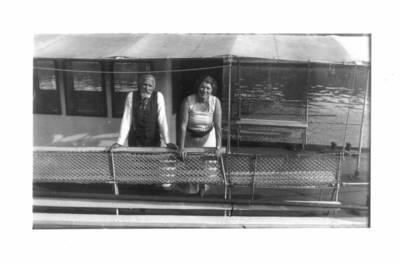 Fotografija. Matas ir Malvina Valeikos plaukia į Kulautuvą