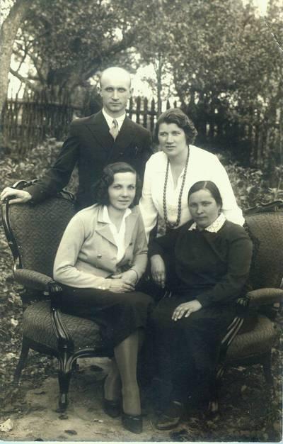 Fotografija. Malvina Valeikienė su draugais sode. 1934