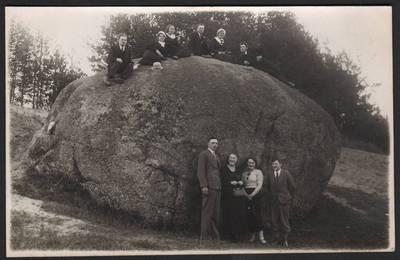 Nežinomas fotografas. Anykštėnai prie Puntuko akmens. 1940