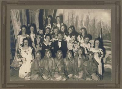 """Nežinomas fotografas. B. Buivydaitė su operos """"Pavasaris"""" atlikėjais. 1927"""