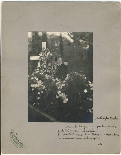 Smirnovas. Vanda Didžiulytė prie dukters Vandytės kapo Jaltoje. 1913-06