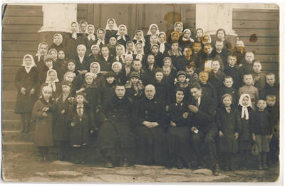 Nežinomas fotografas. Kunigas P. Liepa su skiemoniečiais. 1935