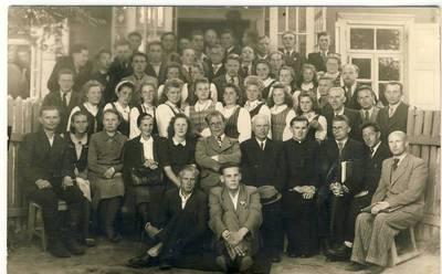 Vytautas Ivanauskas. A. Žukauskas-Vienuolis su abiturientais. 1945