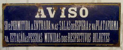 Placa de Aviso: Só é permitida a entrada nas salas de espera e na plataforma da estação