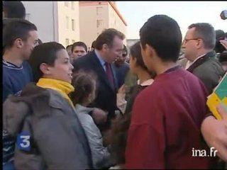 François Bayrou pris à partie par des jeunes, préconise la fermeté en matière d'insécurité