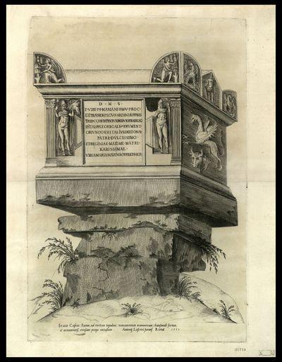 In via Cassia, Roma, ad tertium lapidem, monumentum marmoreum, huiusmodi forma, et ornamentis, exesum prope vetustate