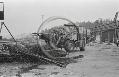 Pienpuukasaa siirretään pyöräkuormaajalla Enso-Gutzeit Oy:n Imatran tehdasalueella.