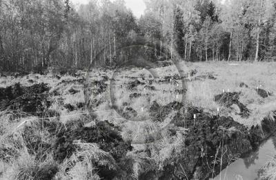 Valtra UM 355 -traktorikaivurin maanmuokkausjälkeä maastossa.