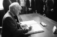 Freiburg: Bundespräsident Scheel schreibt ins Goldene Buch