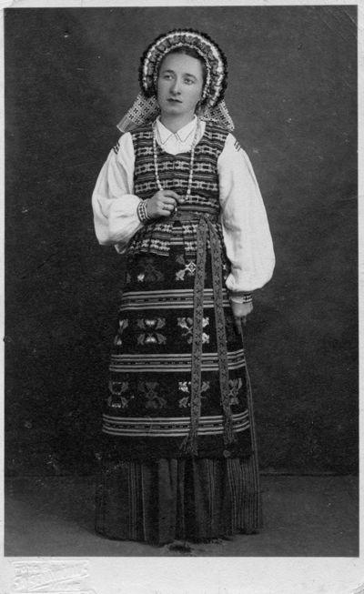 """Nuotrauka """"Mokytoja O. Vasiliauskienė, vilkinti suvalkietišku tautiniu kostiumu"""""""