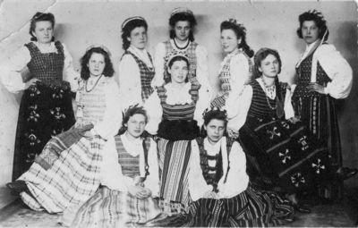 """Nuotrauka """"Merginos su tautiniais rūbais iš Skirsnemunės"""""""