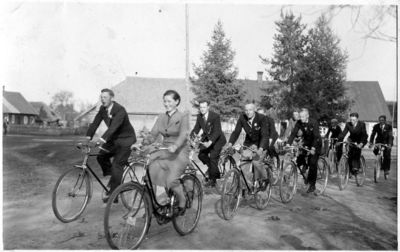 """Nuotrauka """"Kupreliškių kaimo jaunimas važiuoja dviračiais"""""""