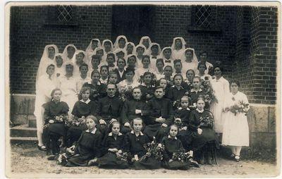 Anykščių adoratorės su kunigais prie Šv. Mato bažnyčios
