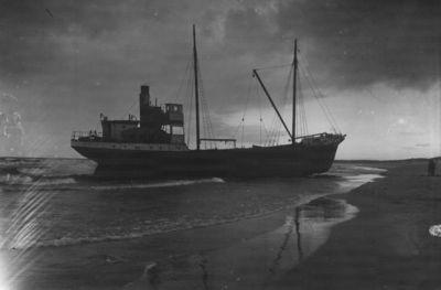 Klaipėda. Išmestas į krantą garlaivis Roja Melnragės paplūdimyje