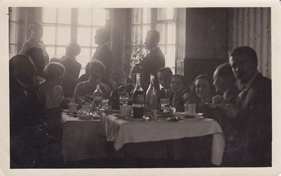 Nuotrauka. Menininkų pobūvis pas poetą K. Binkį