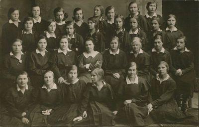 Nuotrauka. Rašytoja, pedagogė B. Buivydaitė su savo auklėtinėmis