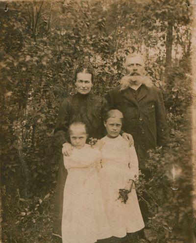 Nuotrauka. Kunigo, rašytojo S. Būdavo tėvai su dukrelėmis