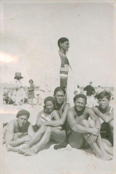 Fotonuotrauka. Rašytojai P. Cvirka ir B. Raila su draugais pajūryje