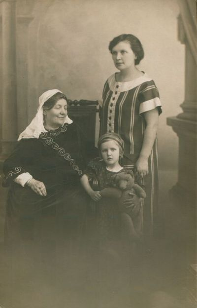 Nuotrauka. Rašytoja L. Didžiulienė-Žmona su dukra ir vaikaičiais