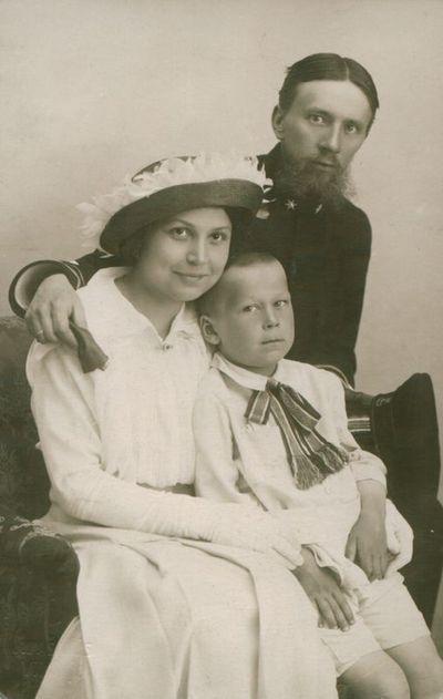Nuotrauka. Poetas L. Gira su žmona ir sūnumi