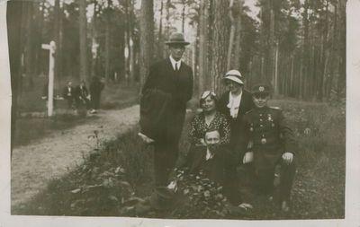 Nuotrauka. Poetas L. Gira su žmona ir draugais iškyloje