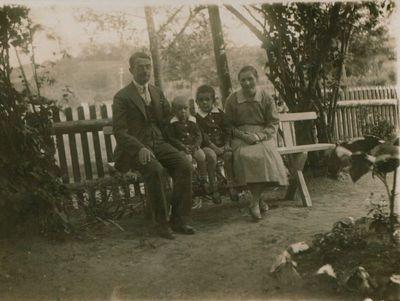 Nuotrauka. Rašytojas M. Grigonis su savo šeima