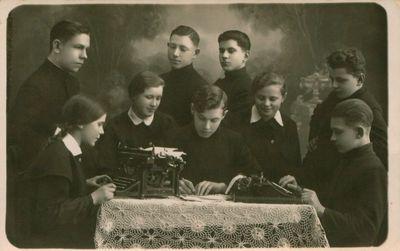 Fotonuotrauka. Gimnazistai. Tarp jų – būsimieji poetai M. Indriliūnas ir E. Matuzevičius