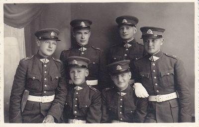 Nuotrauka. Rašytojas J. Kaupas tarp karo mokyklos moksleivių