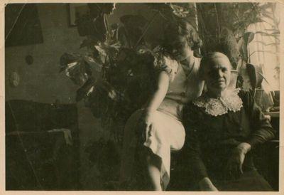 Nuotrauka. Rašytoja N. Mazalaitė su mama