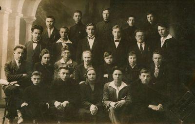 Nuotrauka. Poetas V. Montvila tarp mokslo draugų