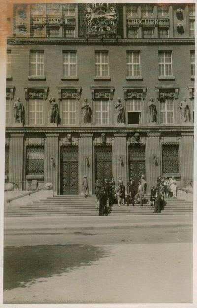 Nuotrauka. Ekskursantai iš Lietuvos prie Nacionalinės bibliotekos