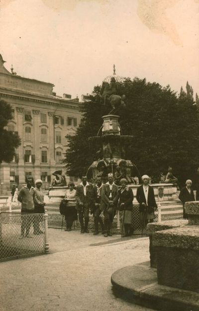 Nuotrauka. Ekskursantai iš Lietuvos prie Leopoldo fontano