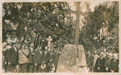 Nuotrauka. Kaimo gyventojai prie poeto A. Strazdo kapo