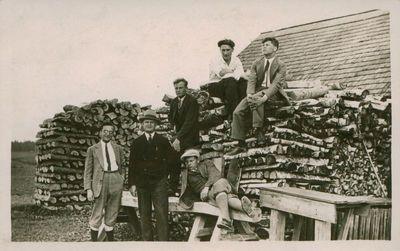 Nuotrauka. Rašytojai A. Venclova, P. Cvirka, J. Šimkus su draugais išvykoje