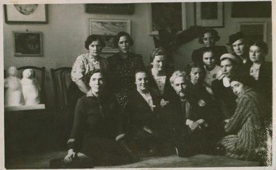 Nuotrauka. Filosofas, rašytojas Vydūnas tarp Pirmosios Lietuvos moterų dailininkių parodos dalyvių