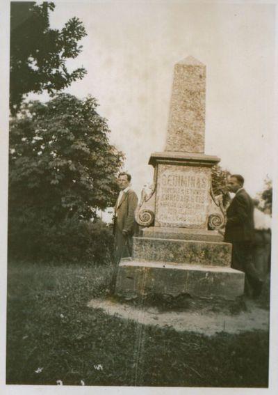 Nuotrauka. Ekskursantai prie paminklo kunigaikščiui Gediminui. Veliuona, Jurbarko raj., Lietuva