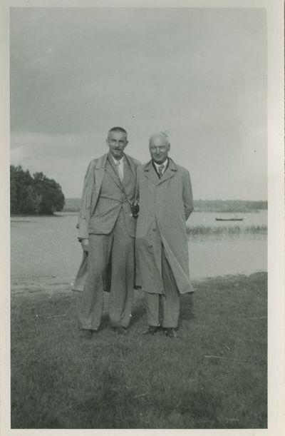 Antanas Žukauskas-Vienuolis su profesoriumi Steponu Kolupaila