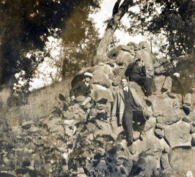 Jaunuolių grupė prie Kretingos dvaro I-jo tvenkinio krioklio uolos