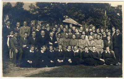 Anykščių gimnazijos ketvirtos klasės mokiniai ir mokytojai