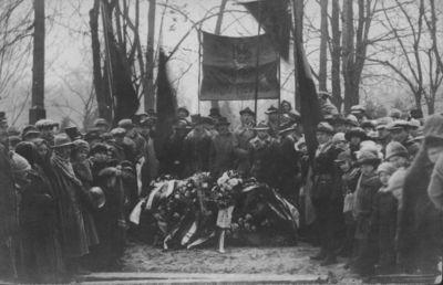 Klaipėdos krašto prijungimas prie Lietuvos. Atminimo nuotrauka prie ką tik supilto karių kapo