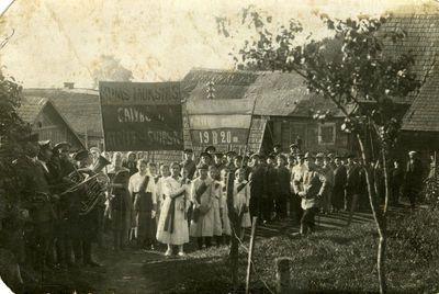 Vilkijos progimnazijos mokiniai žygiuoja į naujas patalpas