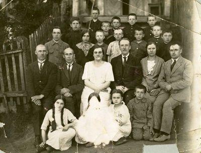 Vilkijos pradinės mokyklos mokytojai su mokiniais