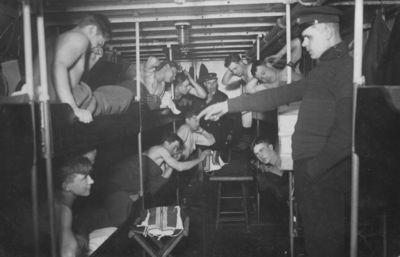 Karo laivo Prezidentas Smetona jūreiviai kajutėje prieš miegą