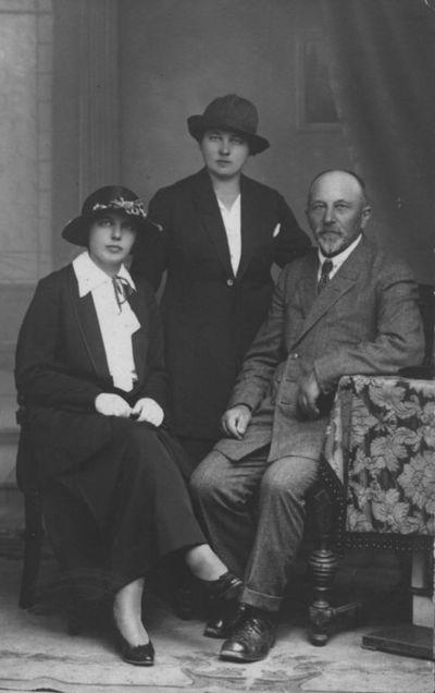 Martynas Jankus su dukromis Elze ir Ede